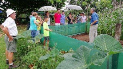 Persona impartiendo un taller al aire libre en una huerta agroecológica