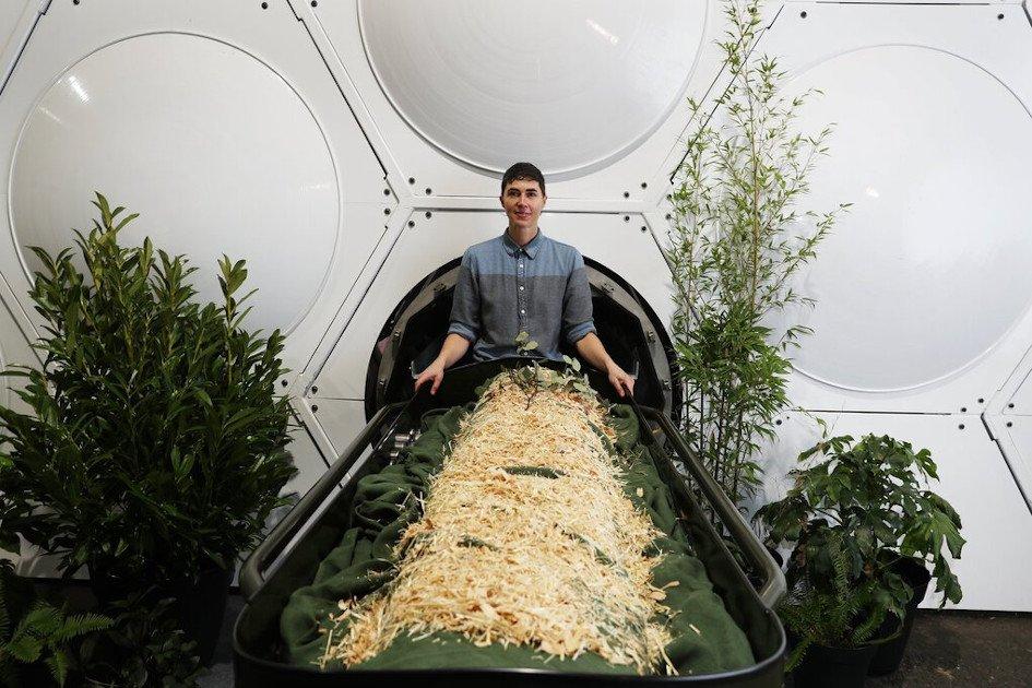 Joven en funeraria orgánica Recompose - Compostaje humano